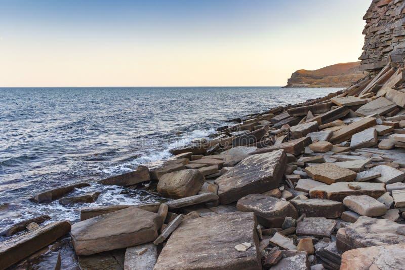 夏天石沿海风景黑海,克里米亚 免版税库存照片