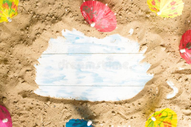 夏天背景 在一个木板的沙子有沙滩伞的 免版税库存图片