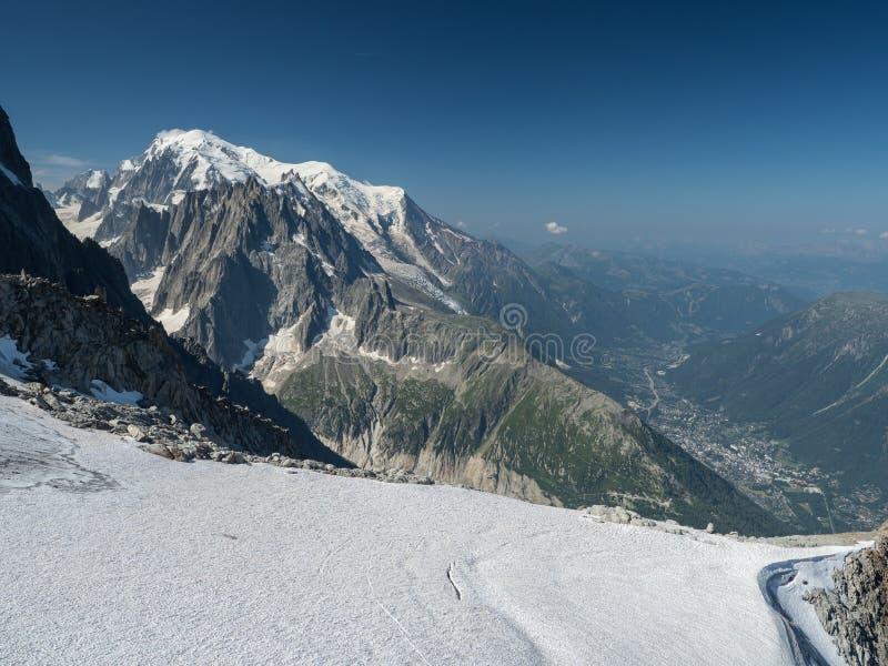 夏慕尼谷和勃朗峰峰顶在法国阿尔卑斯 图库摄影