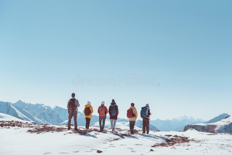 大小组徒步旅行者游人朋友山口或上面 免版税库存照片