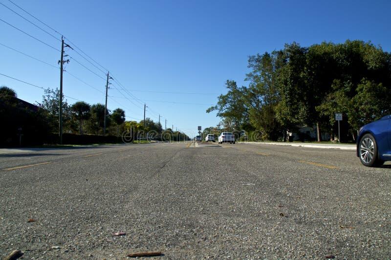 大开路低角度视图有交通的 库存图片