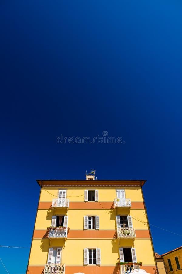 大厦在廖内莱尔巴,托斯卡纳,意大利 免版税库存照片