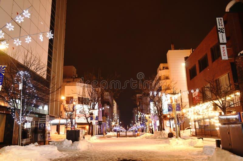 大厦和LED光在街道上在朝日山在晚上 免版税库存照片