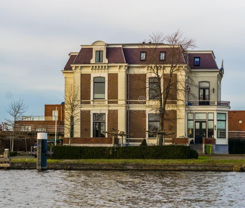 大和豪华乡间别墅在水边,莱茵河畔阿尔芬,荷兰建筑学  库存图片