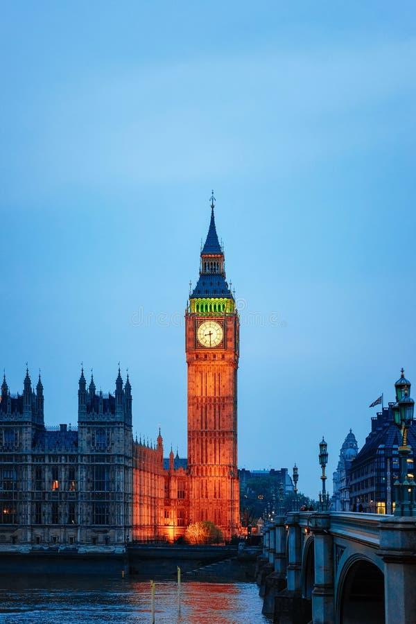 大本钟在威斯敏斯特宫殿和泰晤士河伦敦晚上 库存照片