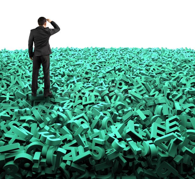 大数据概念,看起来的商人注视在巨大的绿色字符 皇族释放例证