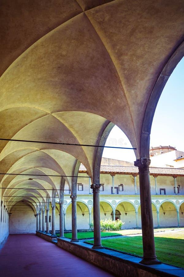 大教堂二圣十字庭院,佛罗伦萨佛罗伦萨,意大利的三塔Croce大教堂有曲拱的 库存照片