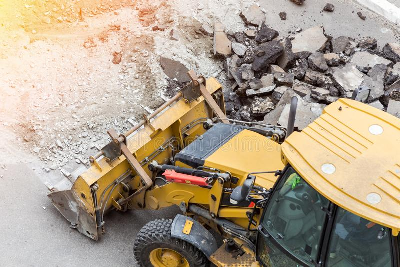 大手提凿岩机钻子钻路 击碎暴雨水流失修理的大量手段沥青 库存图片