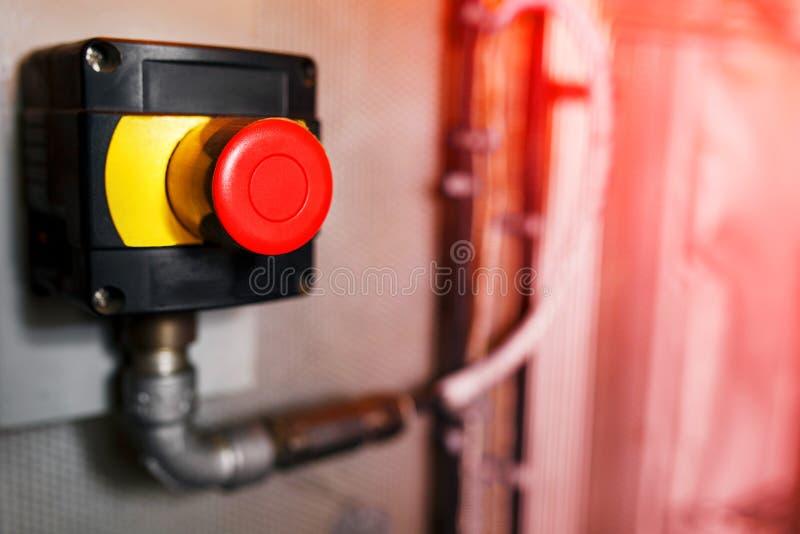 大红色紧急按钮或停止键手工按的 工业设备的,紧急刹车停止键 红灯 在 免版税图库摄影