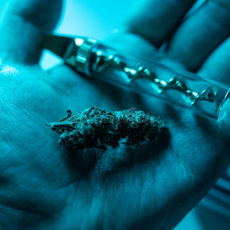 大麻特写镜头的抽烟的辅助部件 玻璃直言为抽烟的大麻 免版税库存照片