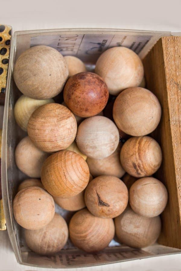 大量浅褐色的颜色木球 免版税库存照片