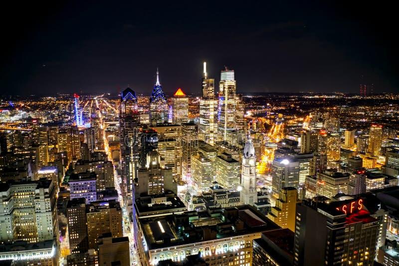 天线射击中心城市费城在晚上 库存图片