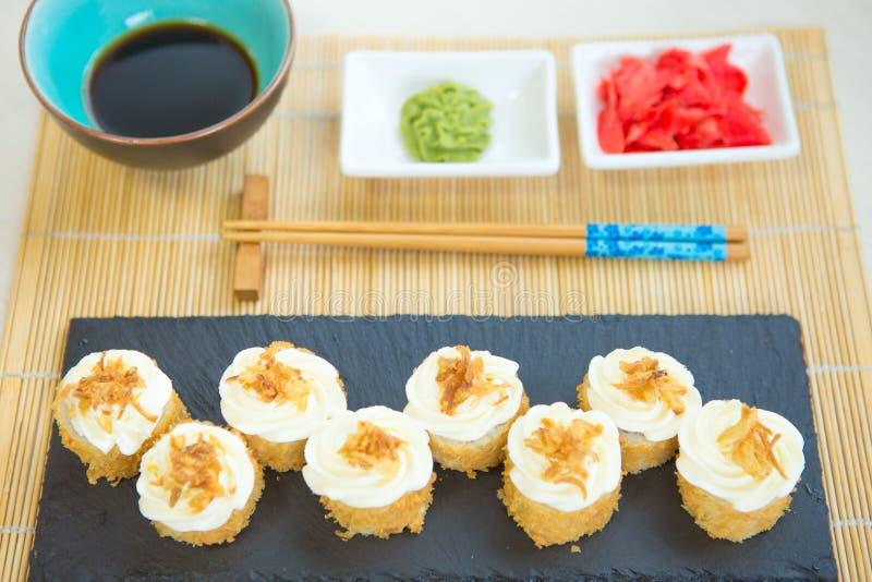 天麸罗梅基寿司-与里面三文鱼,蟹肉,鲕梨的被油炸的寿司卷 日本寿司食物 免版税库存图片