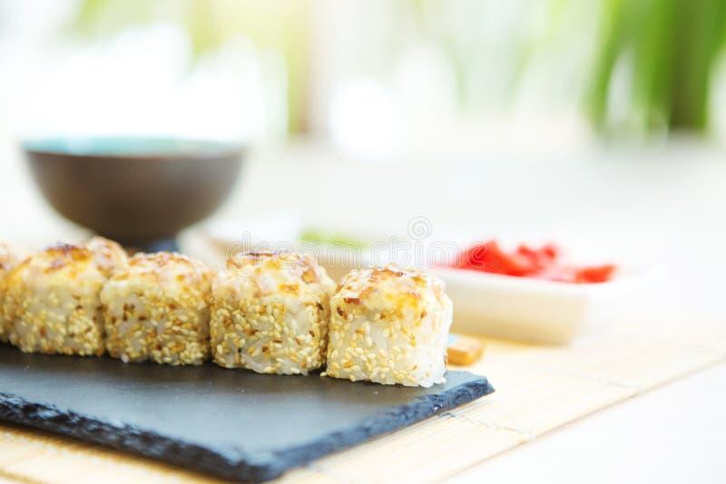 天麸罗梅基寿司-与里面三文鱼,蟹肉,鲕梨的被油炸的寿司卷 日本寿司食物 免版税库存照片