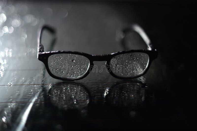 太阳镜湿和满地露水在glasg 库存照片