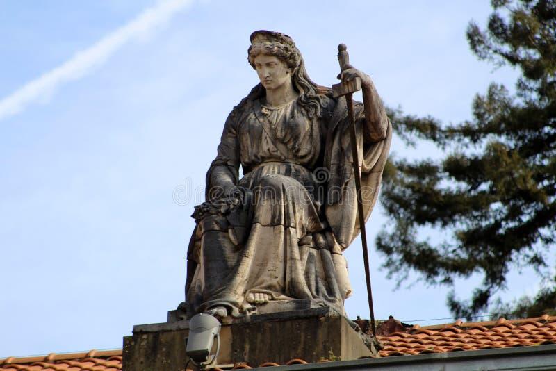 夫人正义的雕象在Bergara法院的  免版税库存照片