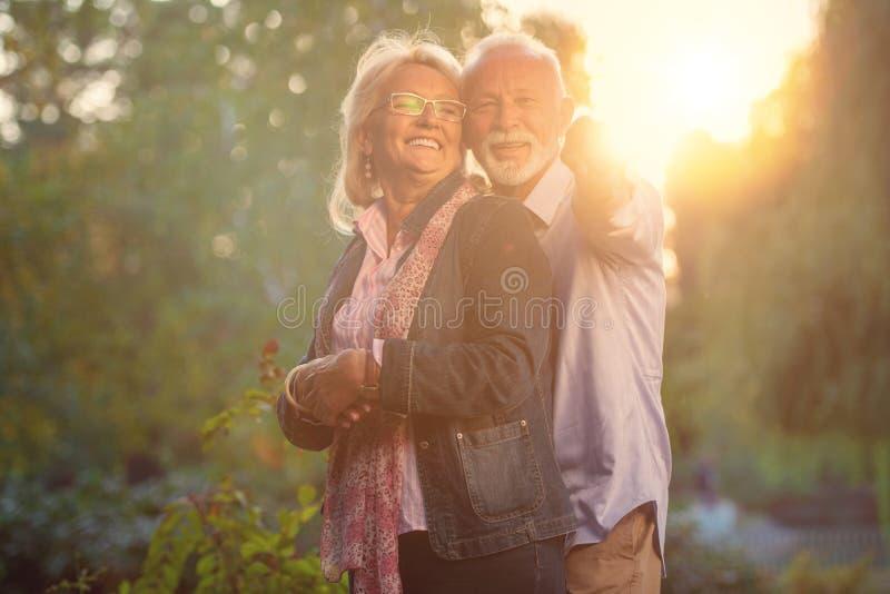 夫妇愉快的爱前辈 户外公园 免版税库存照片