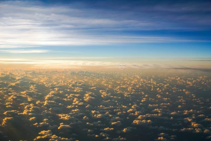 多云日落的鸟瞰图,当飞行在云彩上时 毛伊,夏威夷 库存照片