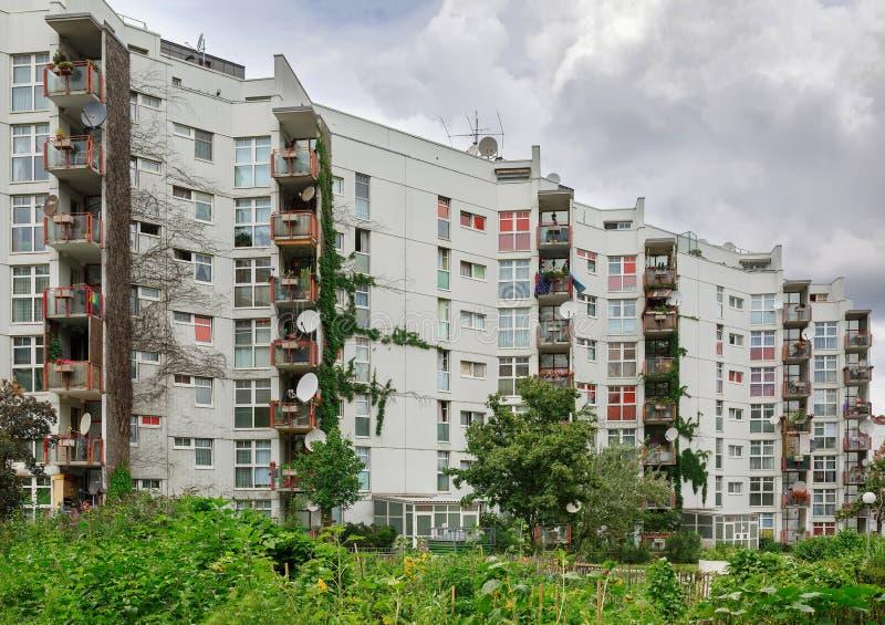 多公寓居民住房长满与植物 法沃里滕,维也纳,奥地利区  免版税库存图片