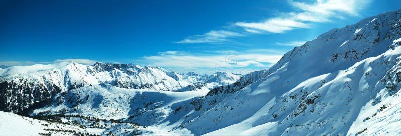 多雪山的全景 库存图片