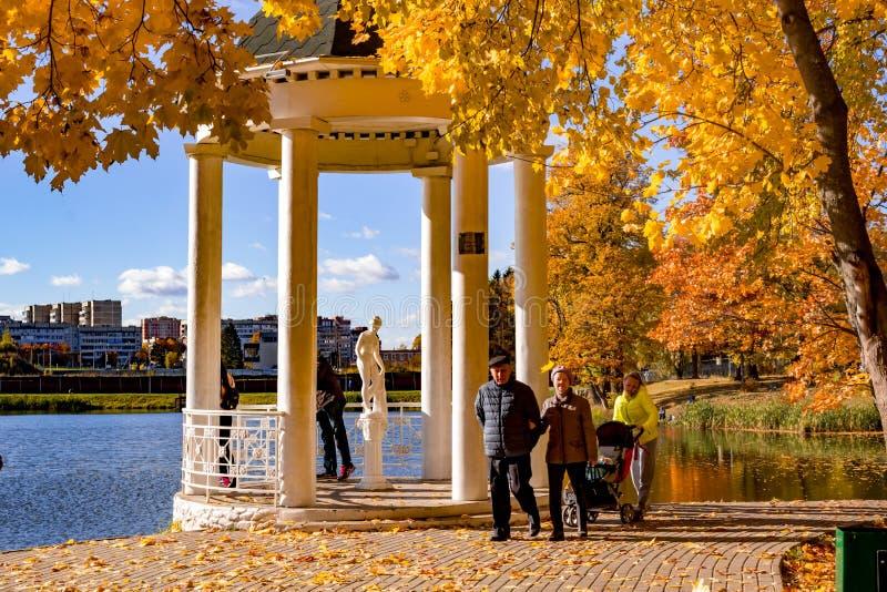 奥布宁斯克,俄罗斯- 2018年10月:金黄秋天在Belkino庄园的公园 图库摄影