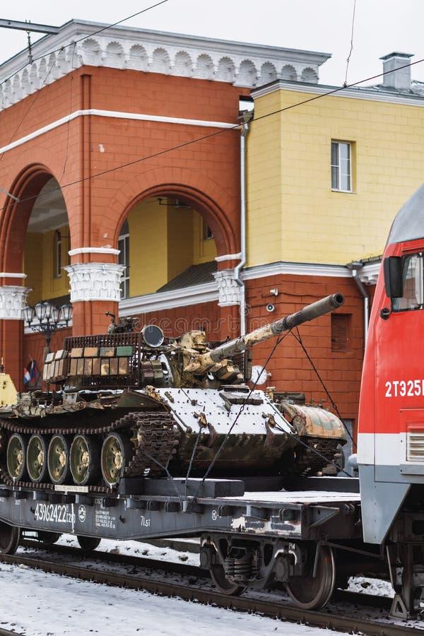 奥廖尔州,俄罗斯- 2019年2月25日:战利品坦克 军事爱国行动'叙利亚转动的'火车 免版税库存照片