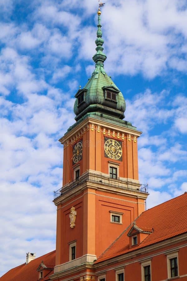 奥斯陆王宫的尖沙嘴钟楼在华沙,天空蔚蓝背景的波兰与云彩的 免版税库存图片