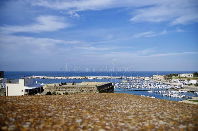 奥特朗托海峡,普利亚,意大利- 2018年3月30日:奥特朗托海峡小游艇船坞一种美妙的都市风景从中世纪Aragonese城堡墙壁的  免版税库存照片