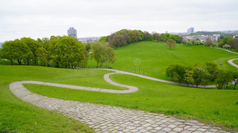 奥运会慕尼黑奥林匹亚公园巴伐利亚比赛1972年草甸蜿蜒步行方式 库存照片