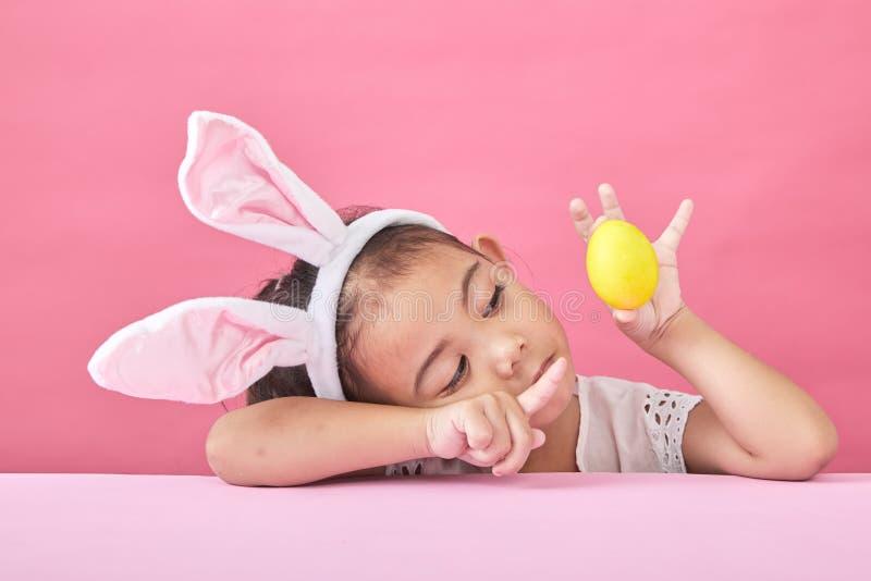 女孩与兔子耳朵复活节天 免版税库存图片