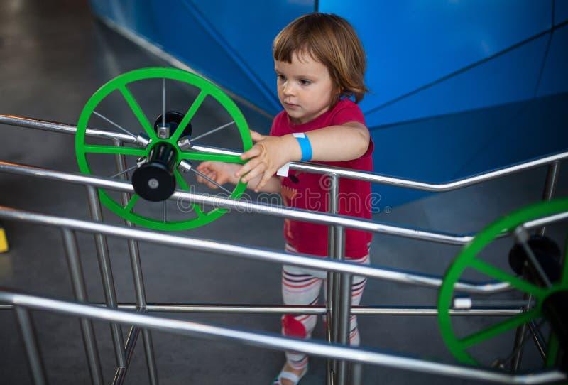 女孩在科技馆 免版税库存图片