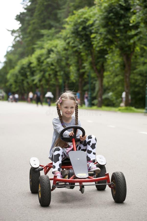 女孩在赛车amusemant公园 免版税图库摄影