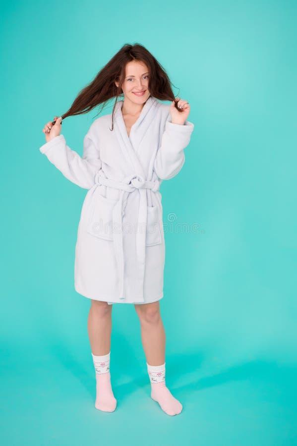 女孩没有构成面孔长发穿戴浴巾绿松石背景 为温泉做法准备 在按摩以后放松的妇女 库存照片