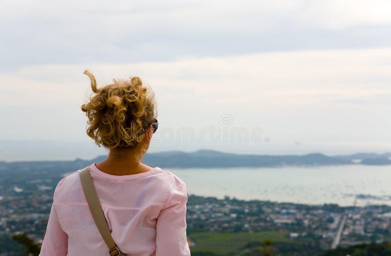 女孩敬佩普吉岛海岸  免版税库存图片