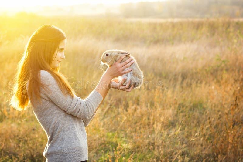 女孩用兔子 愉快 图库摄影