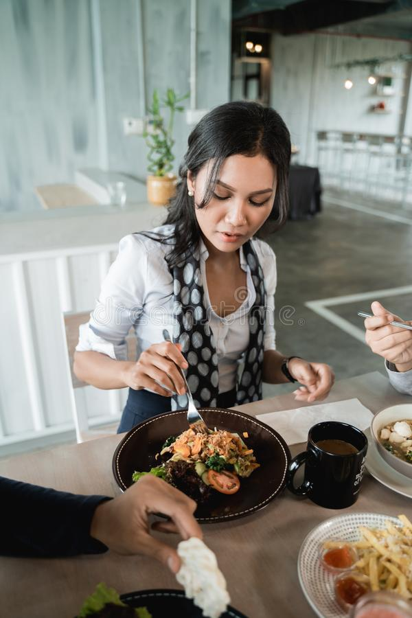 女实业家享受她的膳食,当午餐一起 库存图片