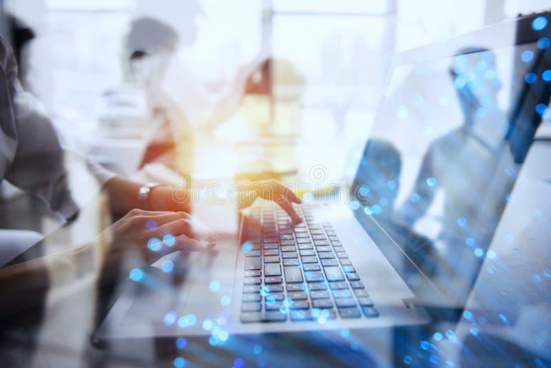 女实业家在有一台膝上型计算机的办公室工作有互联网作用的 互联网分享和公司起动的概念 免版税库存图片