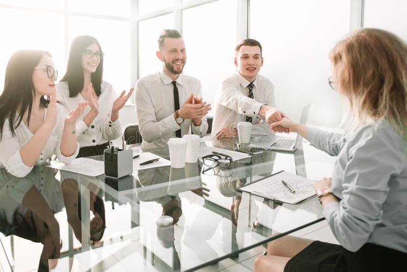 女实业家祝贺有签署的雇员一新的劳动合同 免版税图库摄影