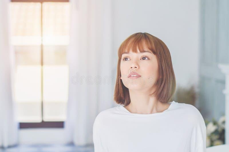 女服有微笑的一白色衬衫 免版税库存图片