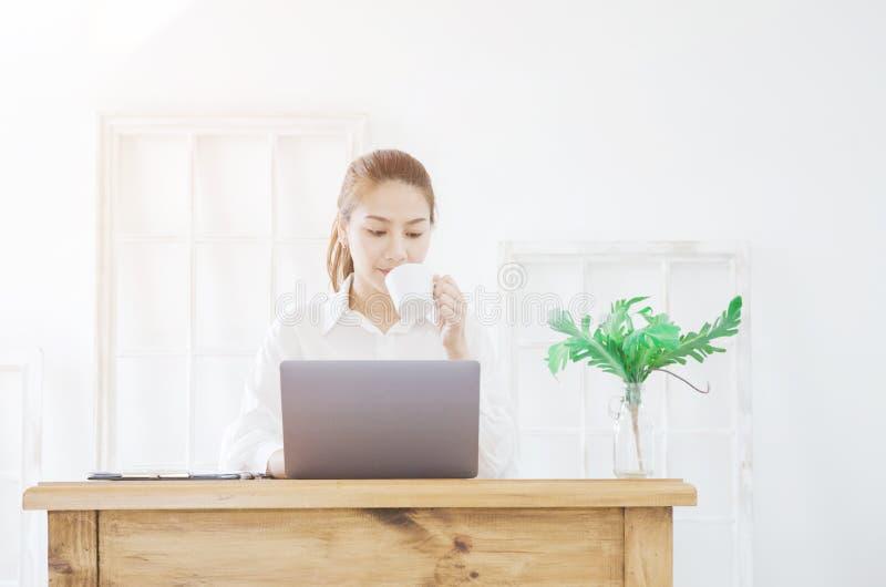 女服白色衬衫和饮料咖啡 免版税库存图片