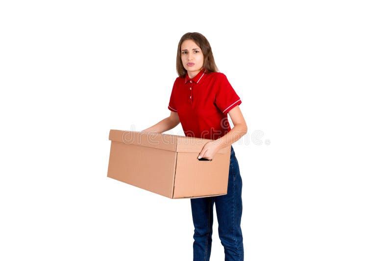 女性交付人对运载在白色背景隔绝的一个重的小包是疲乏 库存图片