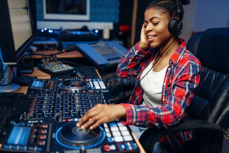 女性合理的操作员在录音演播室 免版税库存图片