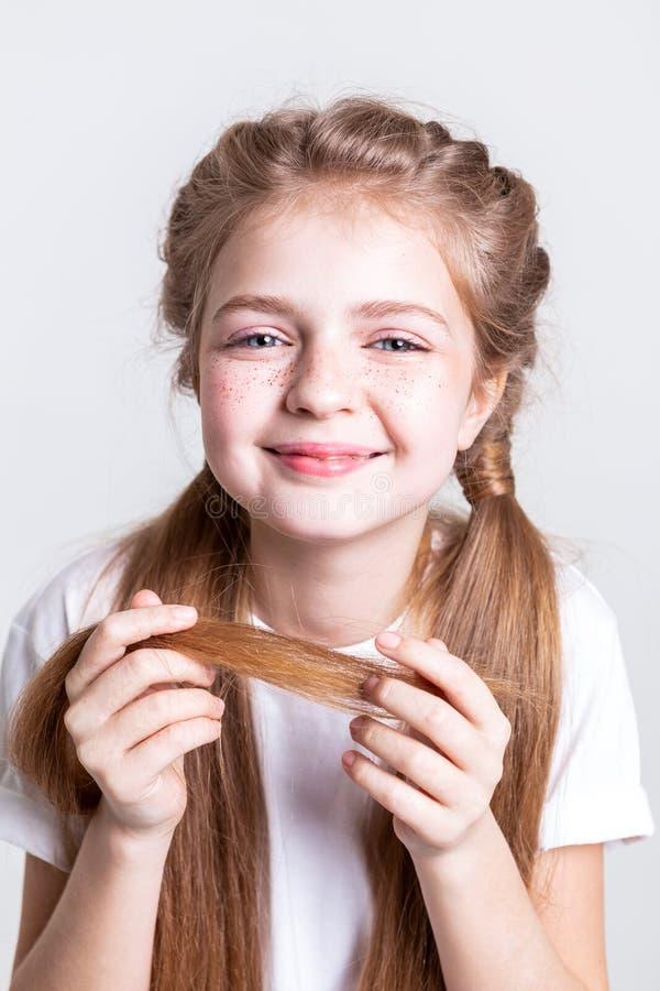 她的长发的快乐的放光的女孩运载的末端 免版税库存图片
