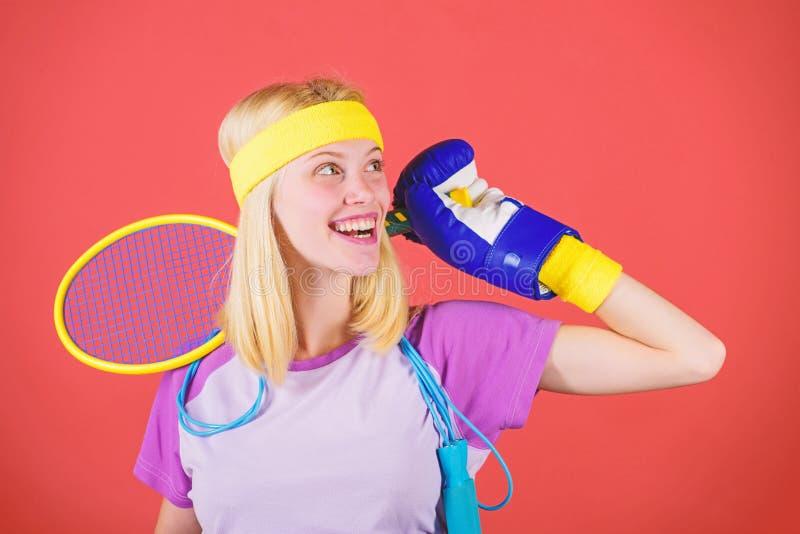 如何永远停留适合 运动器材商店 体育商店分类 金黄女孩快乐的成功的现代妇女的举行 库存图片