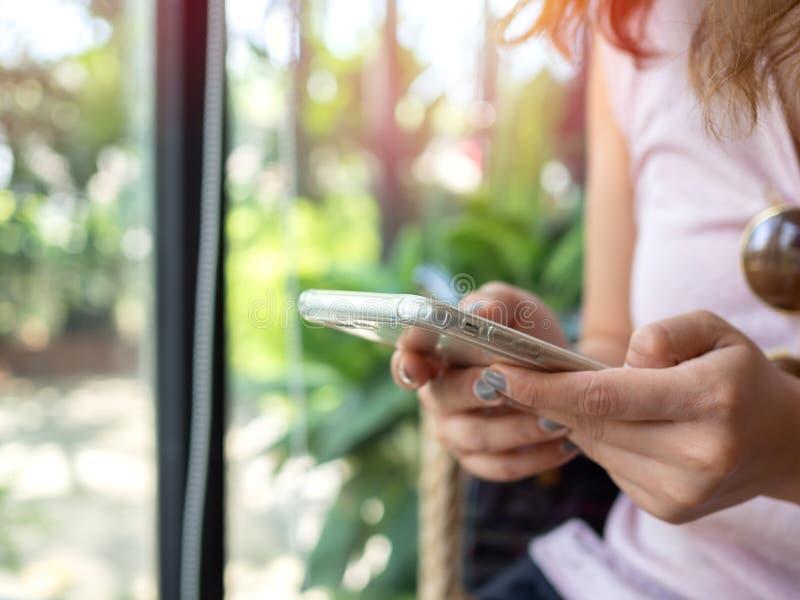 妇女使用智能手机的` s手 免版税库存照片