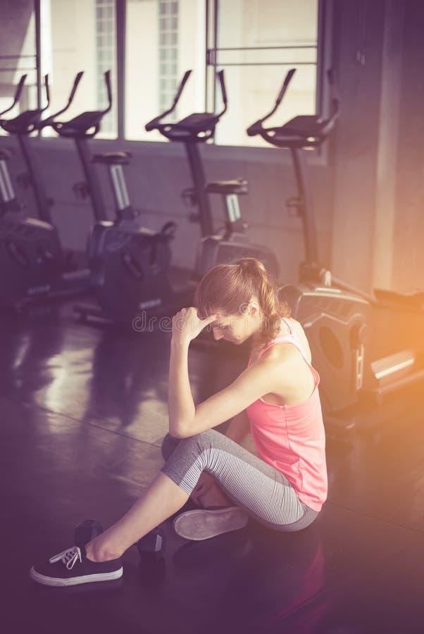 妇女开会和在健康训练、的概念和生活方式,女性以后放松疲倦与休假在锻炼a以后 免版税库存照片
