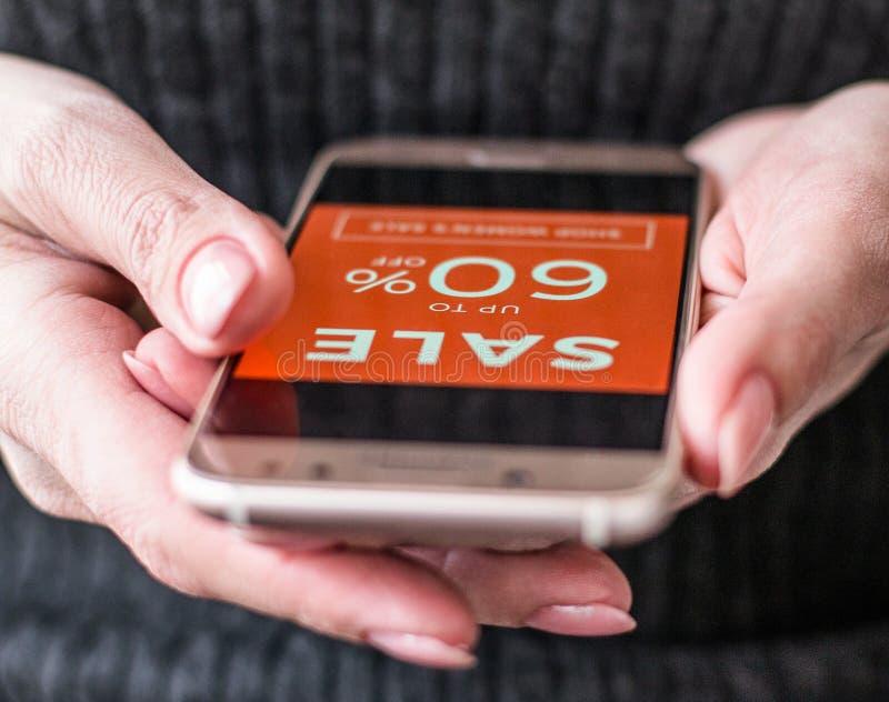 妇女在网上商店购物 免版税库存图片