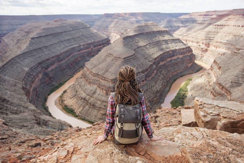 妇女在鹅颈管国家公园,美国放松 免版税库存照片