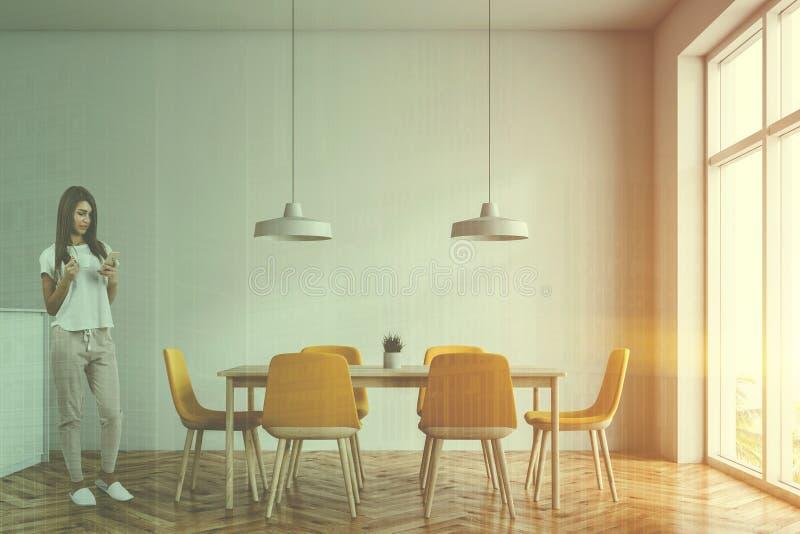 妇女在minimalistic白色餐厅 图库摄影