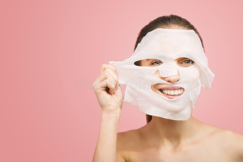 妇女去除一个洗涤的面具 免版税库存照片